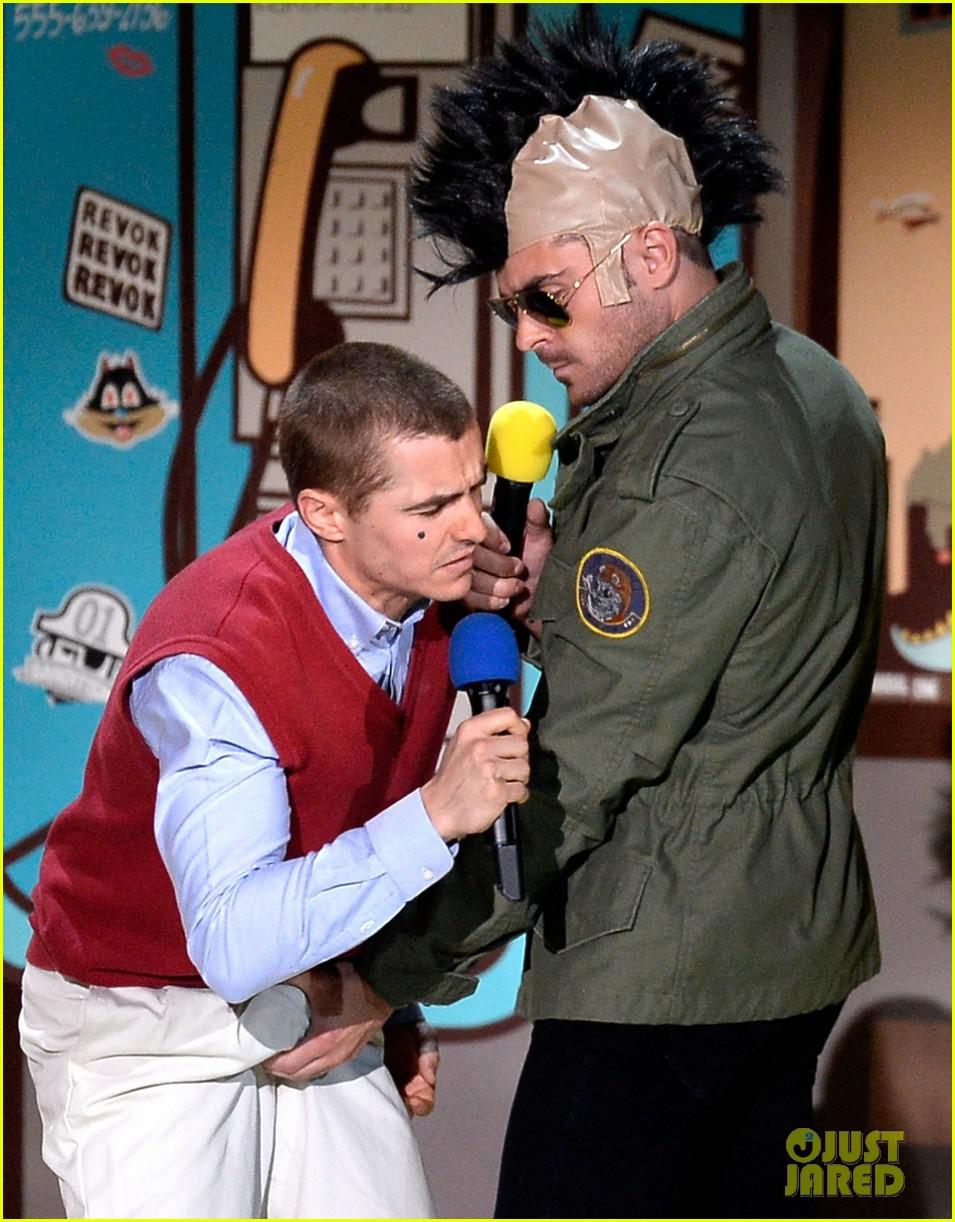 zac efron grabs dave francos crotch at mtv movie awards 2015 203345561