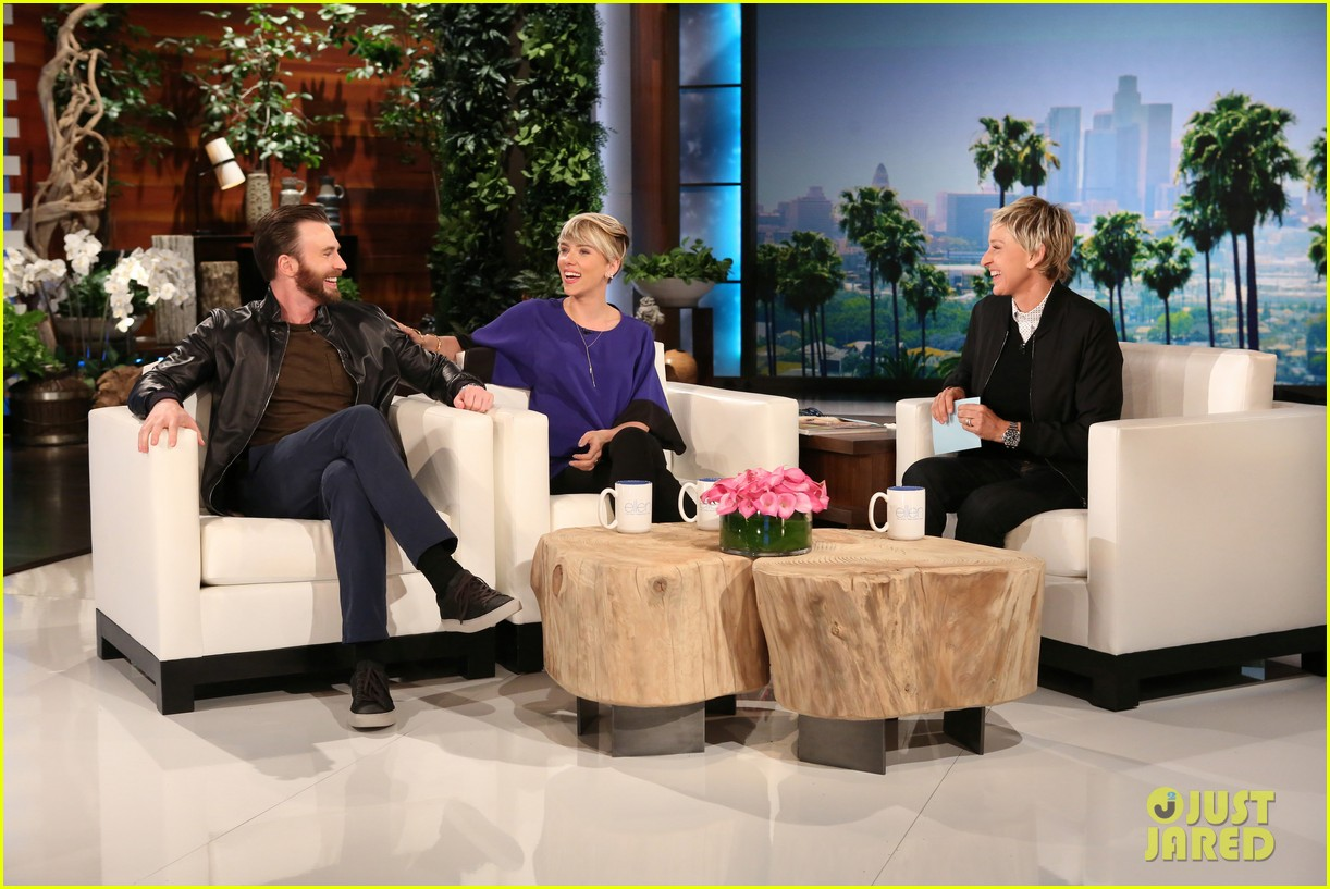 Franchise Marvel/Disney #3 Chris-evans-scares-scarlett-johansson-on-ellen-05