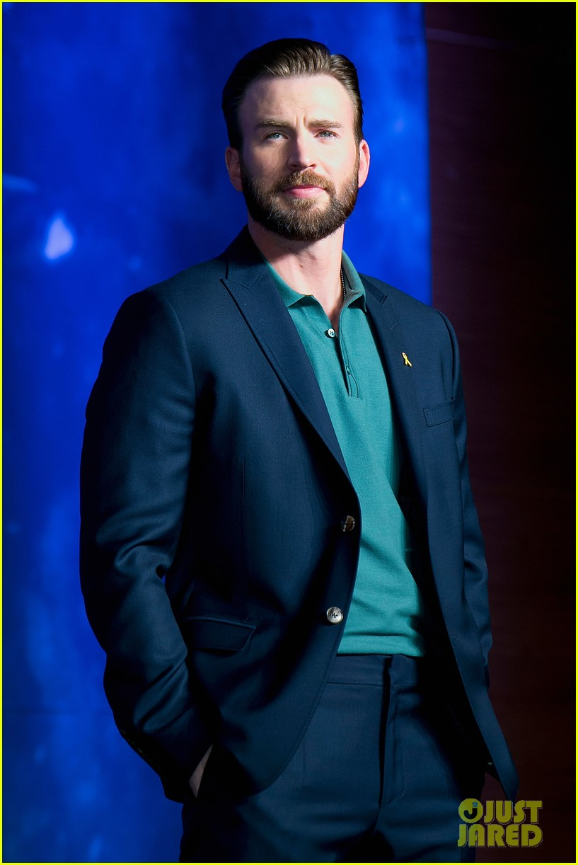 http://cdn01.cdn.justjared.com/wp-content/uploads/2015/04/evans-southkaven/chris-evans-robert-downey-jr-hit-south-korea-with-claudia-kim-for-avengers-02.jpg