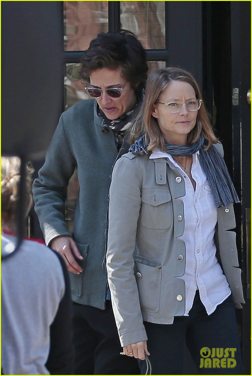 jodie foster grabs food with wife cafe cluny 043355212