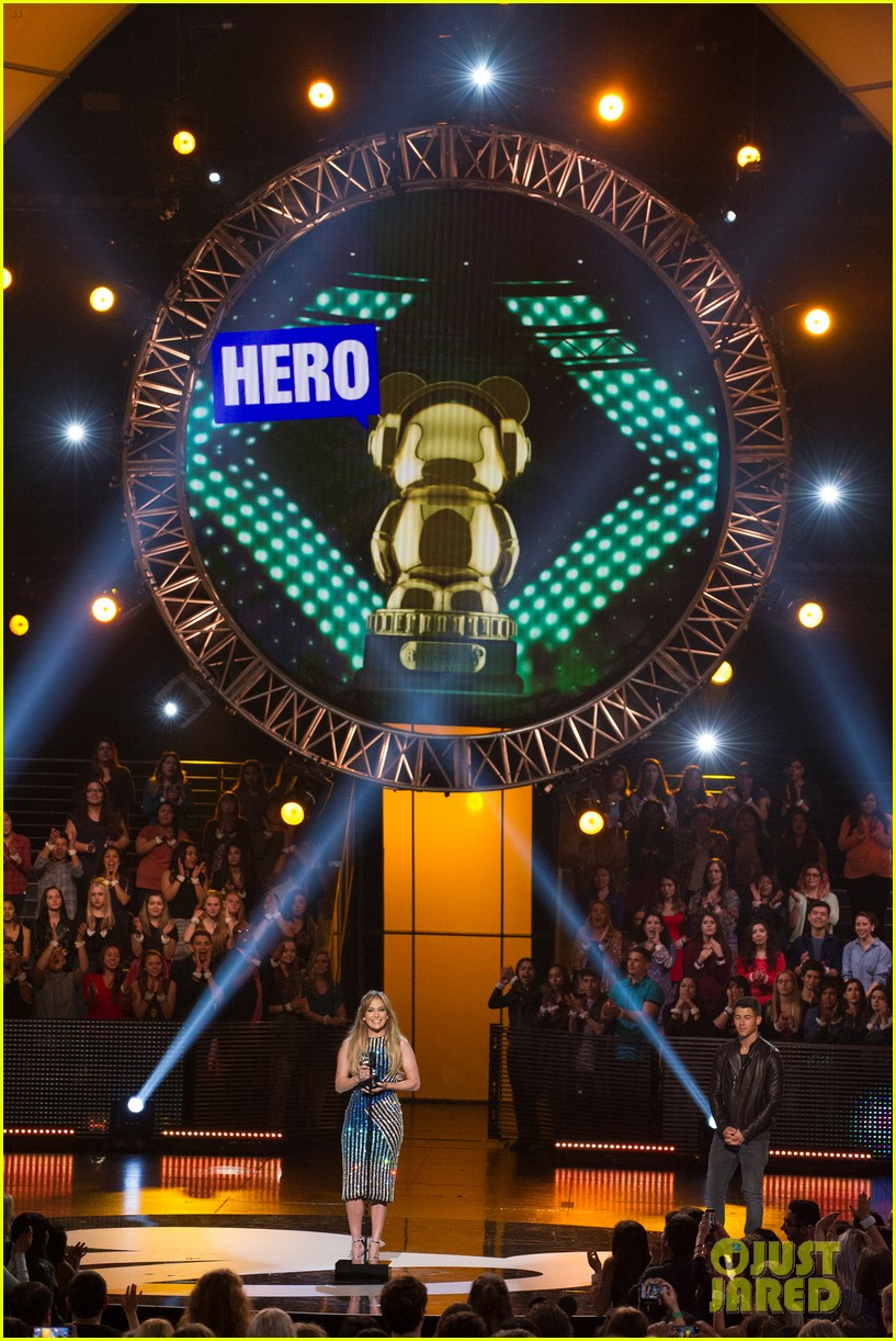 jennifer lopez gets honored with hero award at rdma 053355717