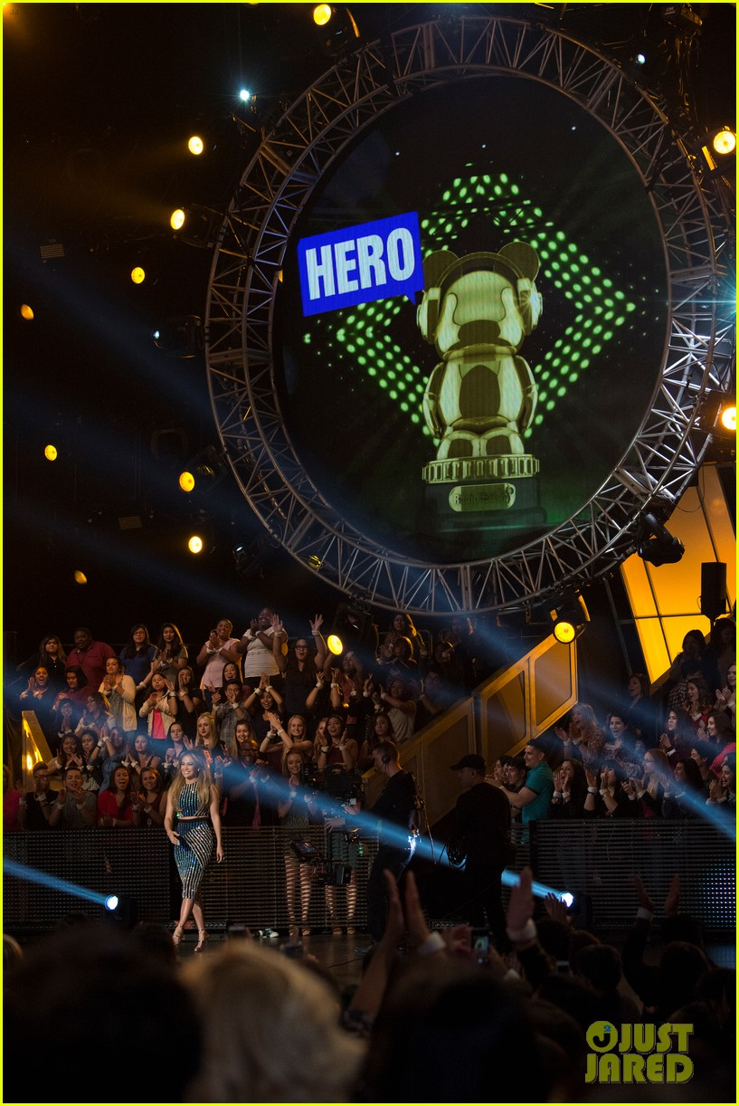 jennifer lopez gets honored with hero award at rdma 063355718