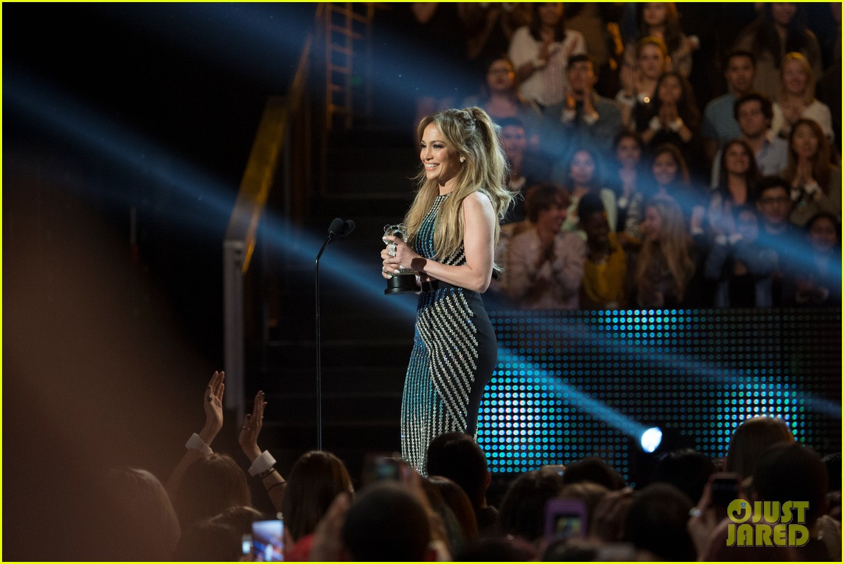 jennifer lopez gets honored with hero award at rdma 073355719