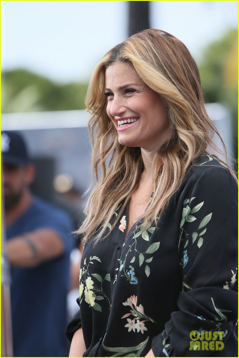Idina Menzel Was Insulted By Comparisons To Elsas Hair Color Photo
