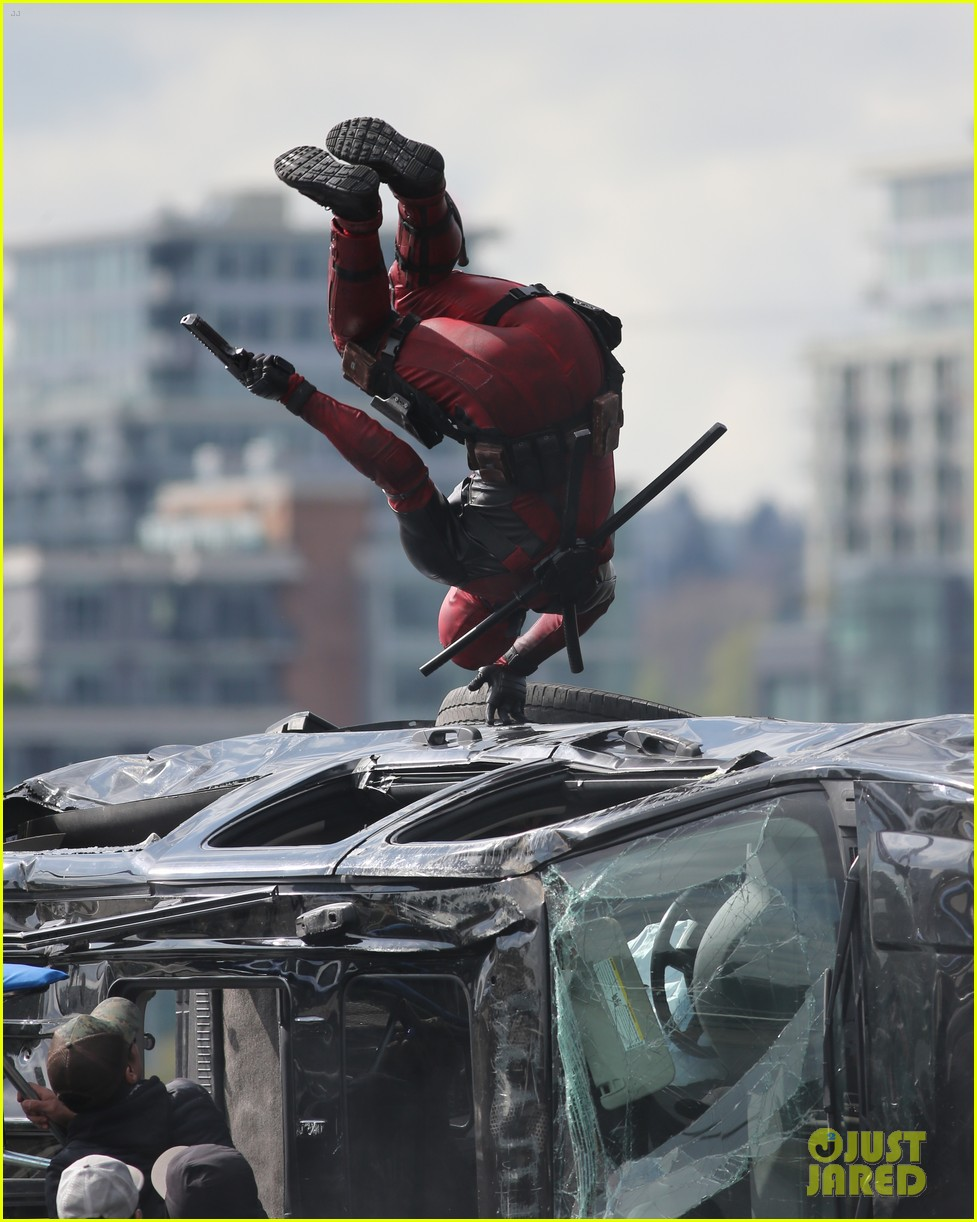 ryan reynolds full deadpool suit gets pictured on set 173341173