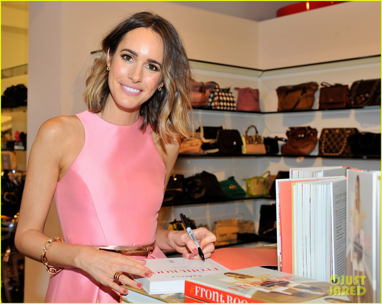 louise roe provides beauty tip for doing makeup outdoors 263357888