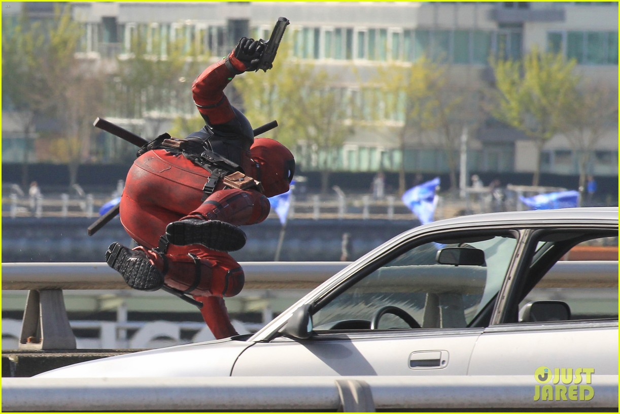 http://cdn01.cdn.justjared.com/wp-content/uploads/2015/04/ryan-ded/ryan-reynolds-pictured-unmasked-deadpool-costume-15.jpg