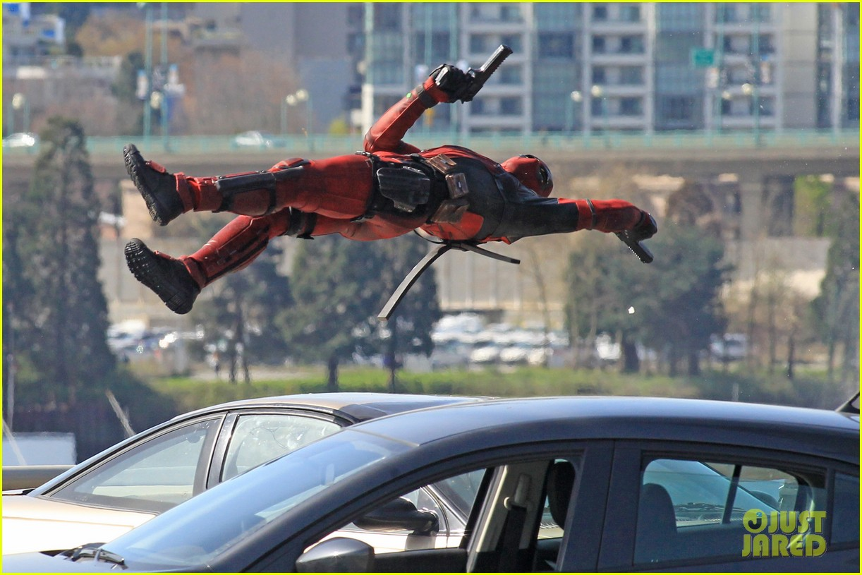 http://cdn01.cdn.justjared.com/wp-content/uploads/2015/04/ryan-ded/ryan-reynolds-pictured-unmasked-deadpool-costume-19.jpg