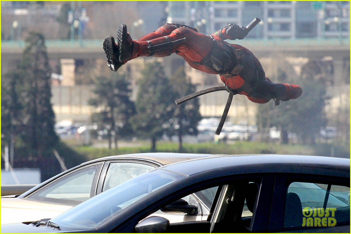 http://cdn01.cdn.justjared.com/wp-content/uploads/2015/04/ryan-ded/ryan-reynolds-pictured-unmasked-deadpool-costume-25.jpg
