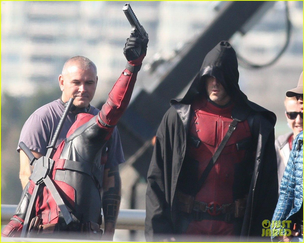 http://cdn01.cdn.justjared.com/wp-content/uploads/2015/04/ryan-ded/ryan-reynolds-pictured-unmasked-deadpool-costume-34.jpg