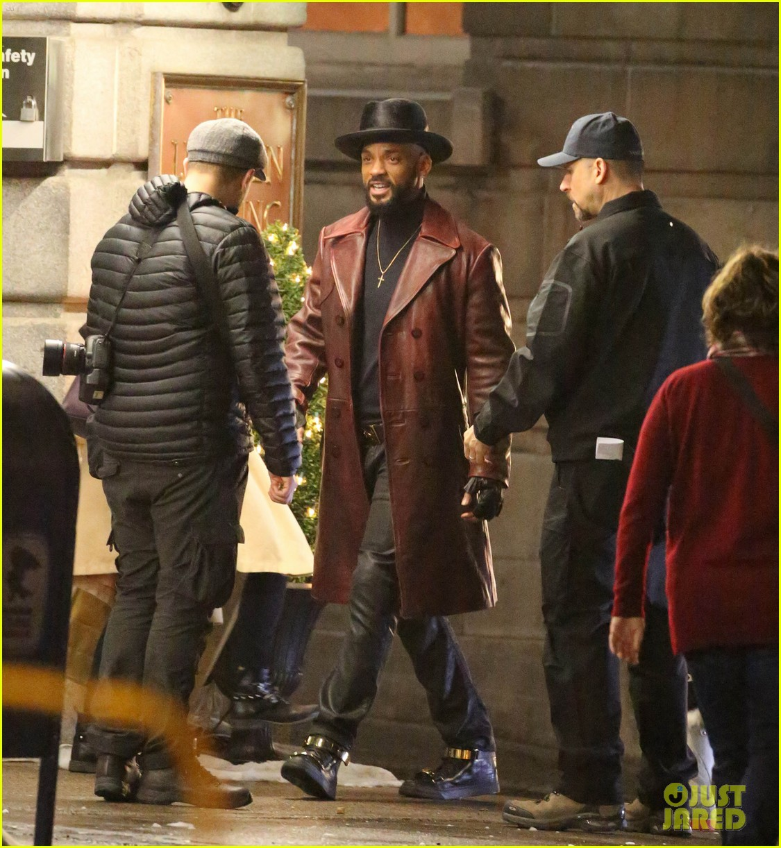 will smith spotted in costume on suicide squad set 043358473