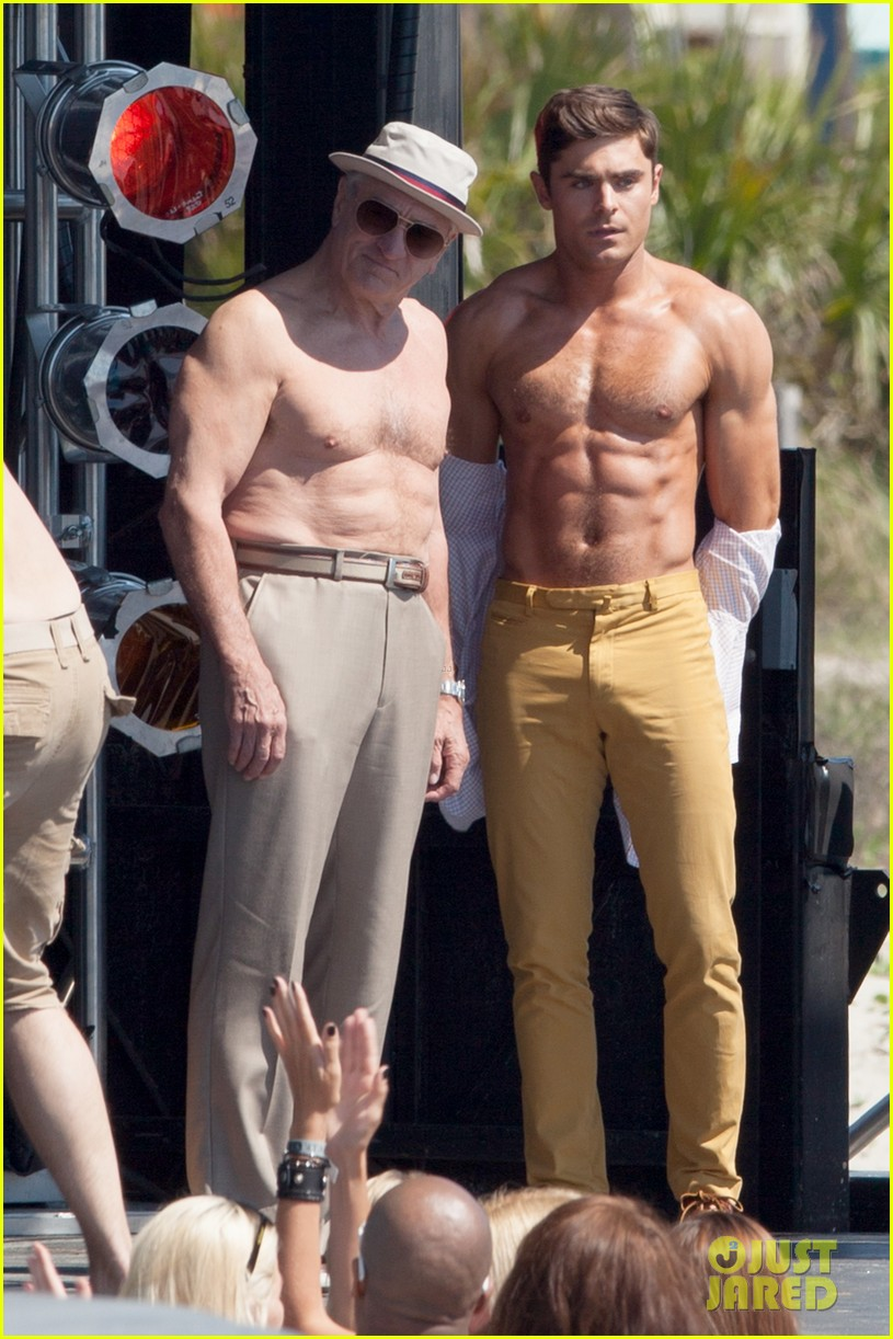 ¿Cuánto mide Robert de Niro? - Altura - Real height Zac-efron-robert-de-niro-have-shirtless-contest-on-set-06