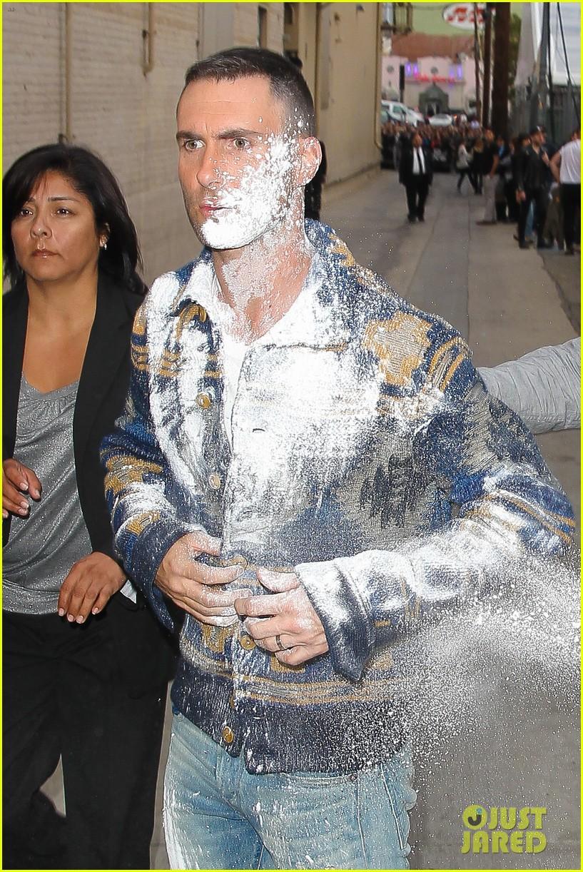 Adam Levine bombardeado con harina!  Adam-levine-flour-bombed-jimmy-kimmel-14