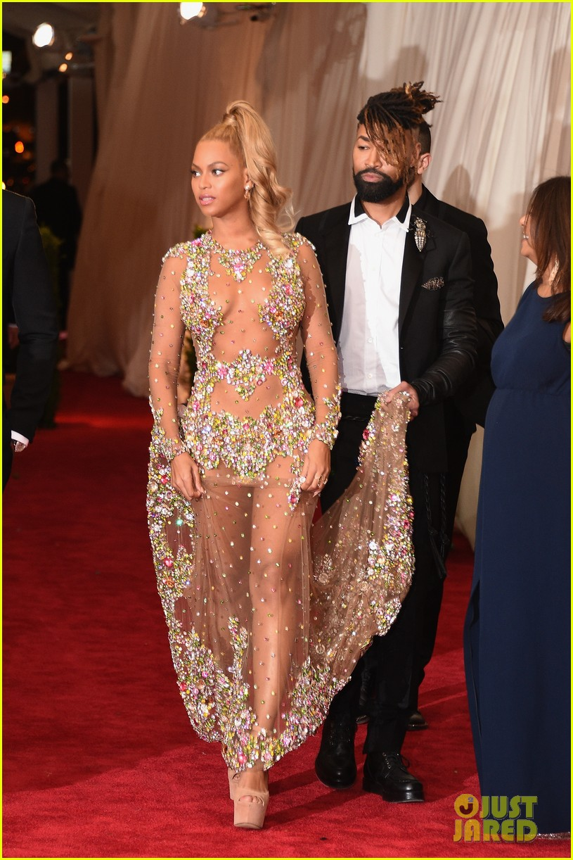 Beyonce Is Working the Met Gala 2015 Red Carpet & She Looks ...