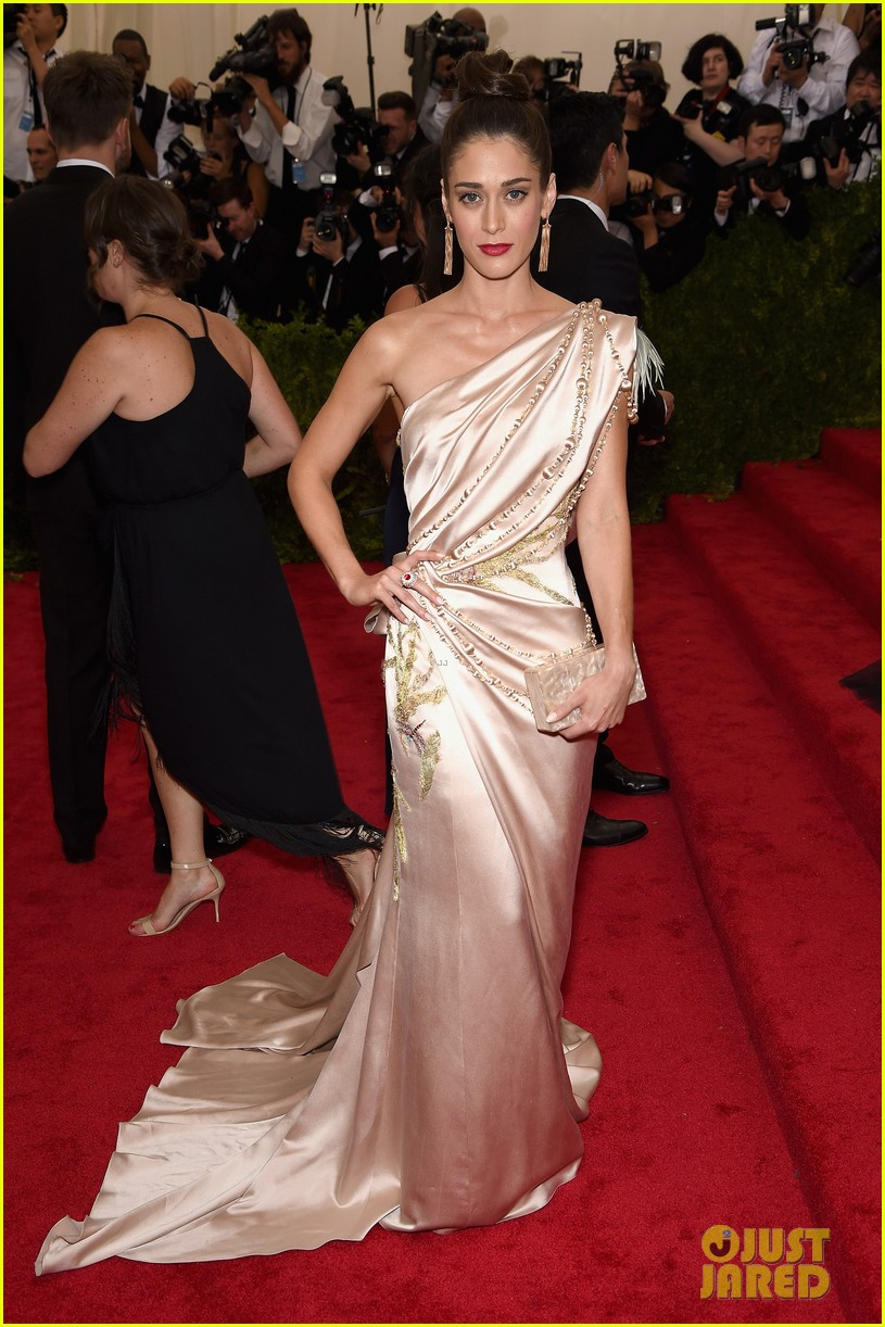 lizzy caplan is master of class at met gala 2015 043362588