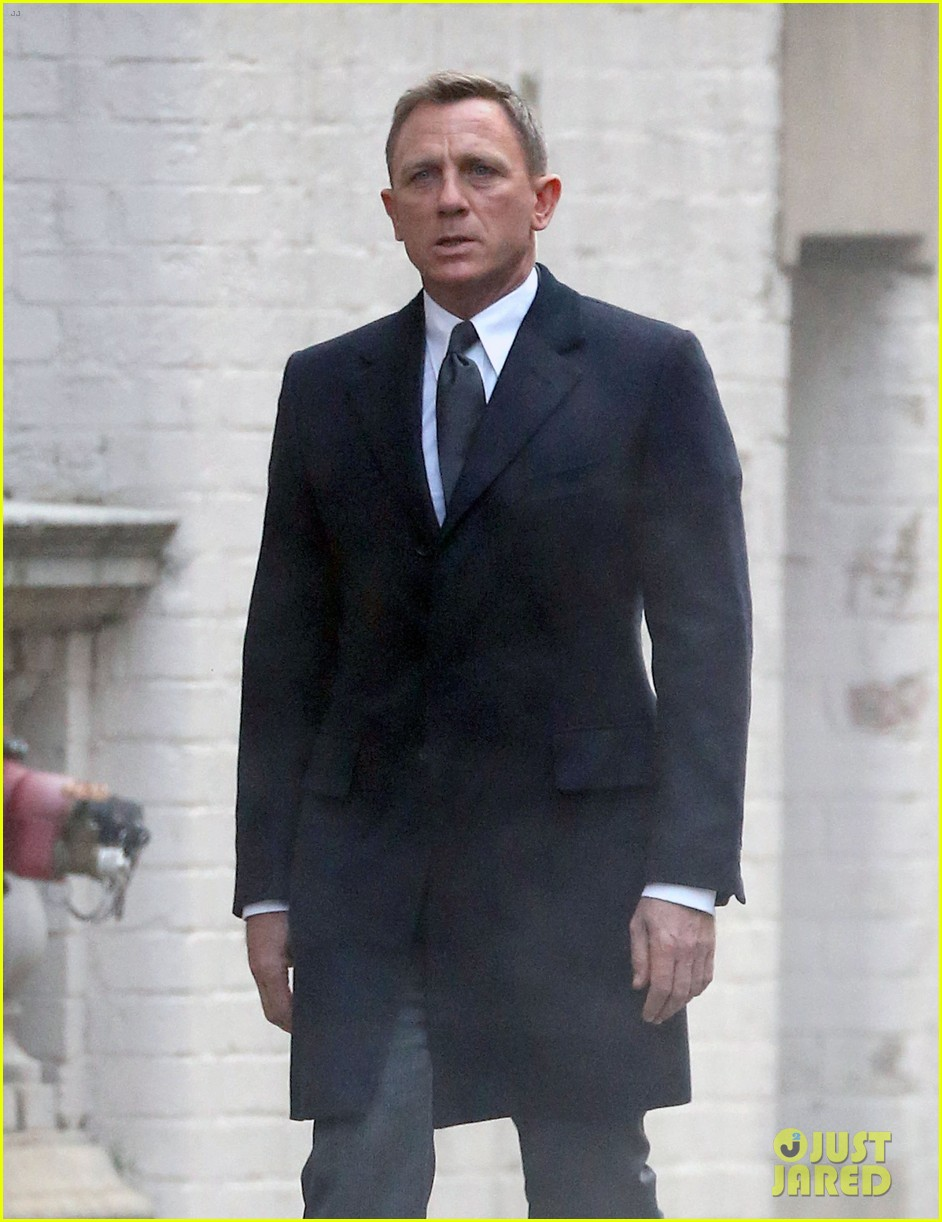 daniel craig armed dangerous on spectre set 023377848
