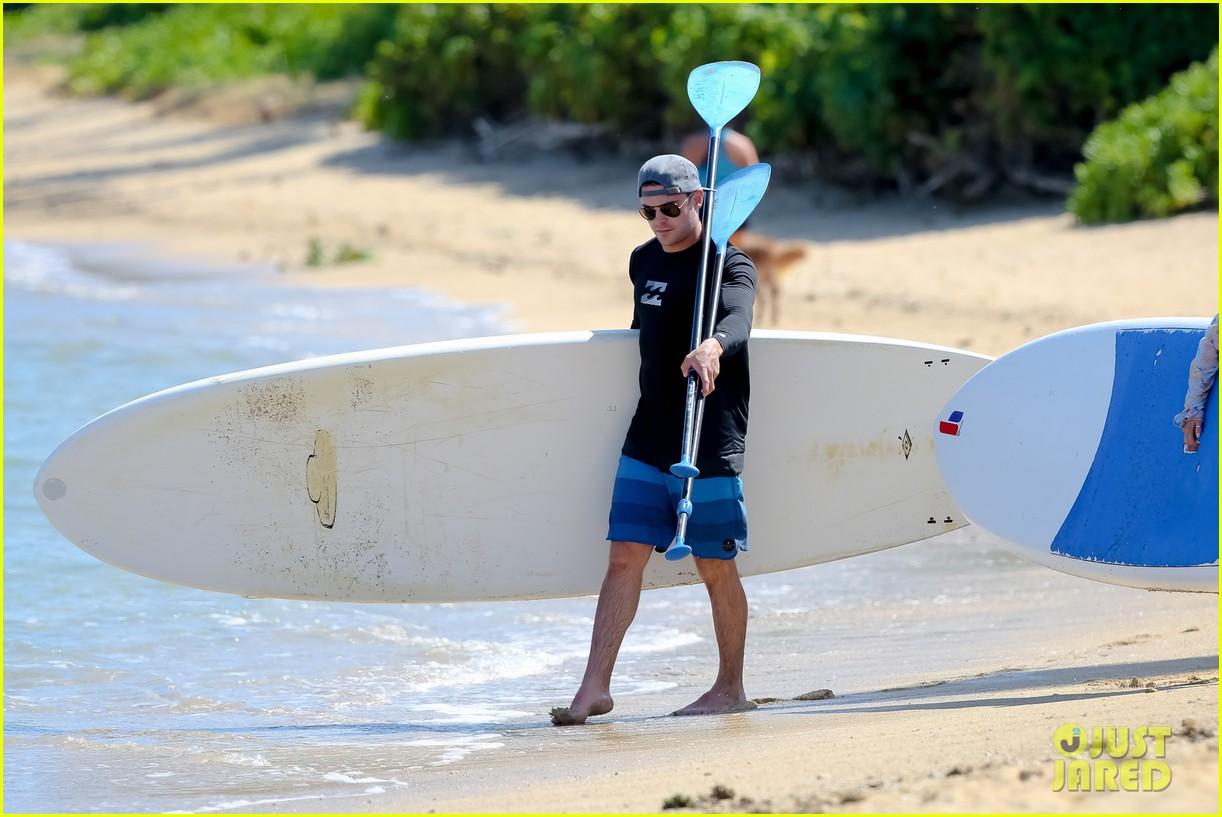 zac efron paddleboard hawaii 103377493