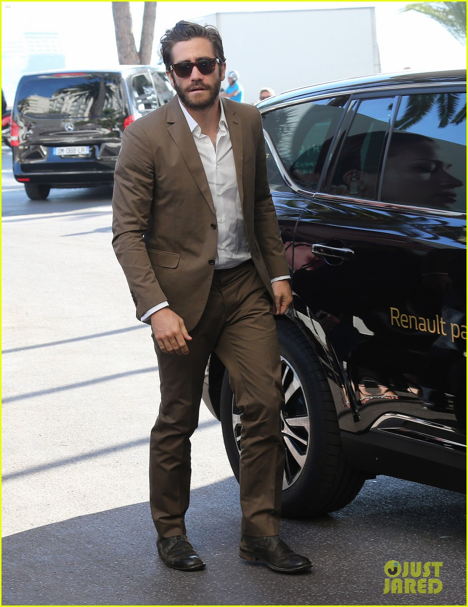 jake gyllenhaal dresses to impress for first cannes event 013368323