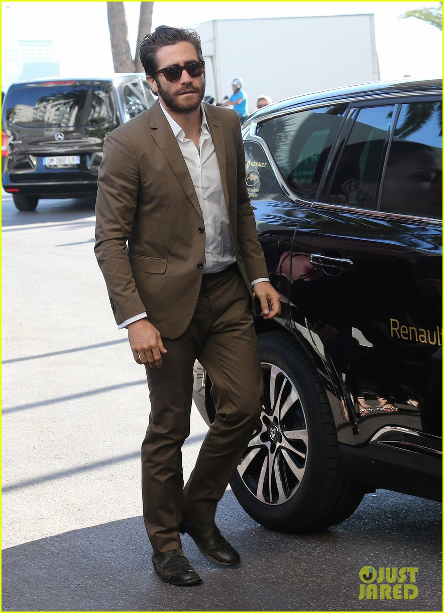 jake gyllenhaal dresses to impress for first cannes event 053368327