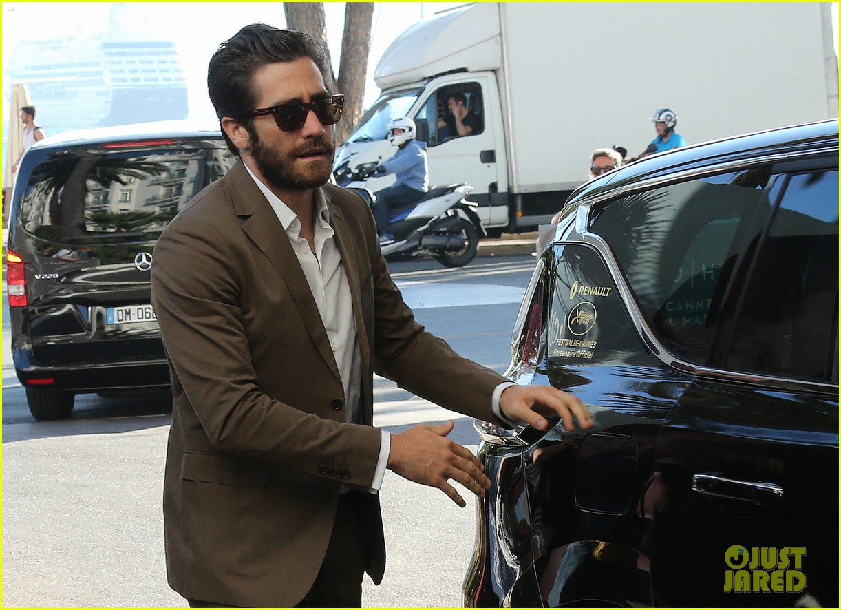 jake gyllenhaal dresses to impress for first cannes event 083368330