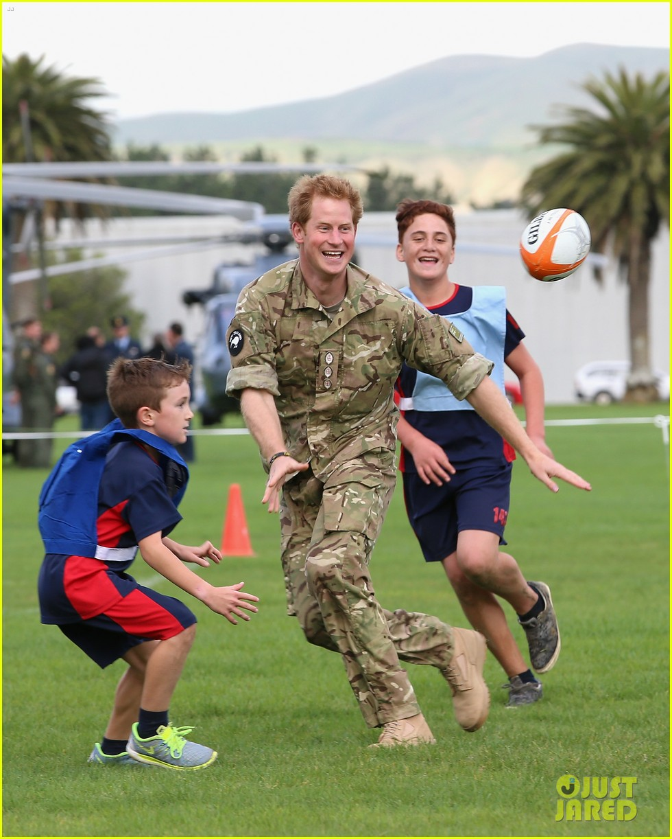 Prince Harry Rocks Uniform To Play Touch Rugby With Kids In New Zealand Photo 3368520 Prince Harry Pictures Just Jared