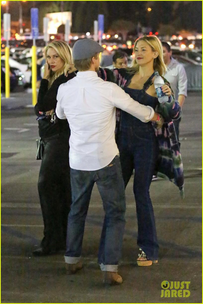 julianne hough gets cute piggyback ride from boyfriend brooks laich 013380233