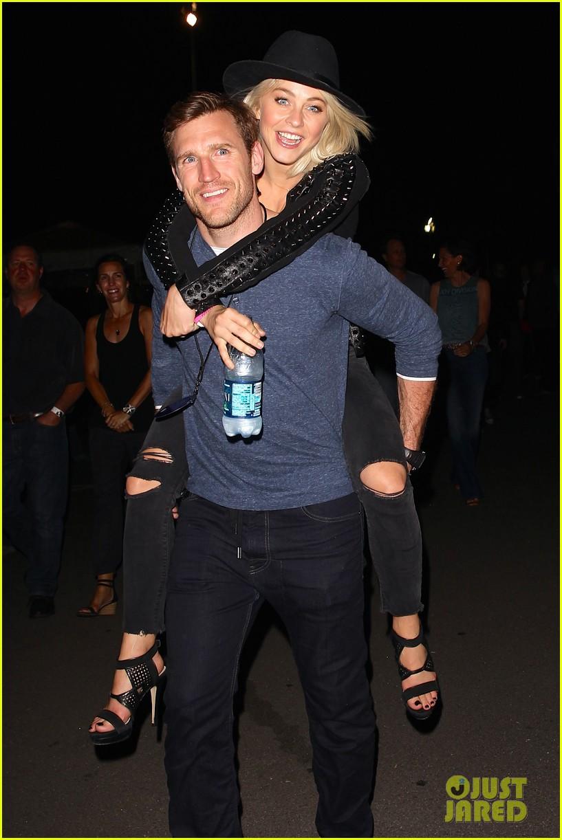 julianne hough gets cute piggyback ride from boyfriend brooks laich 023380234