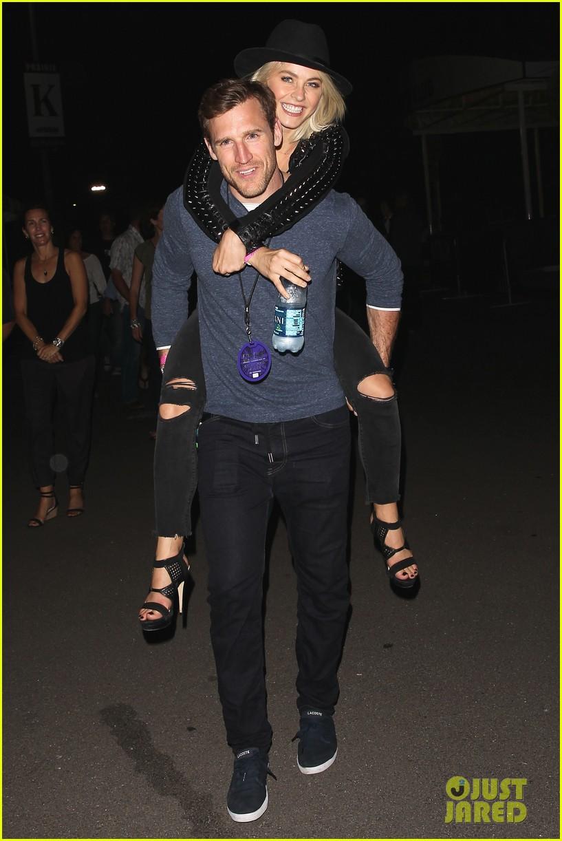 julianne hough gets cute piggyback ride from boyfriend brooks laich 053380237