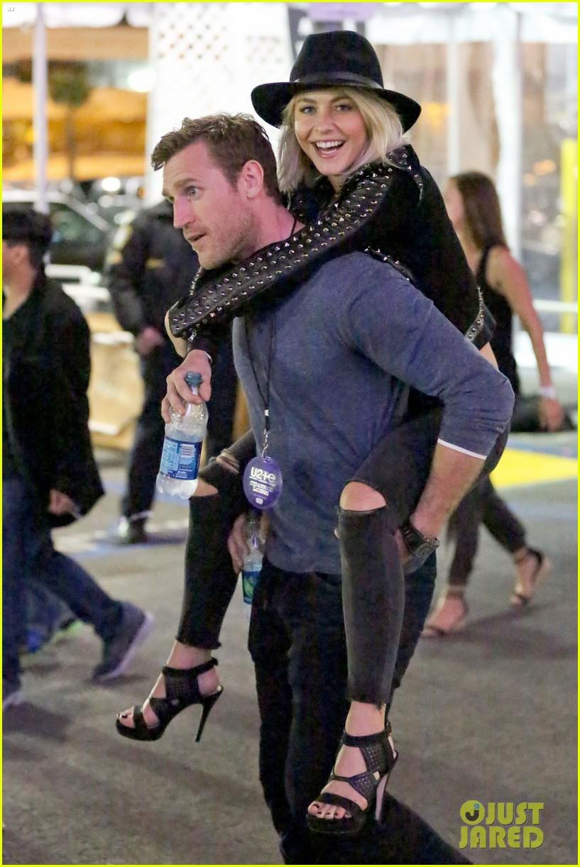 julianne hough gets cute piggyback ride from boyfriend brooks laich 123380244