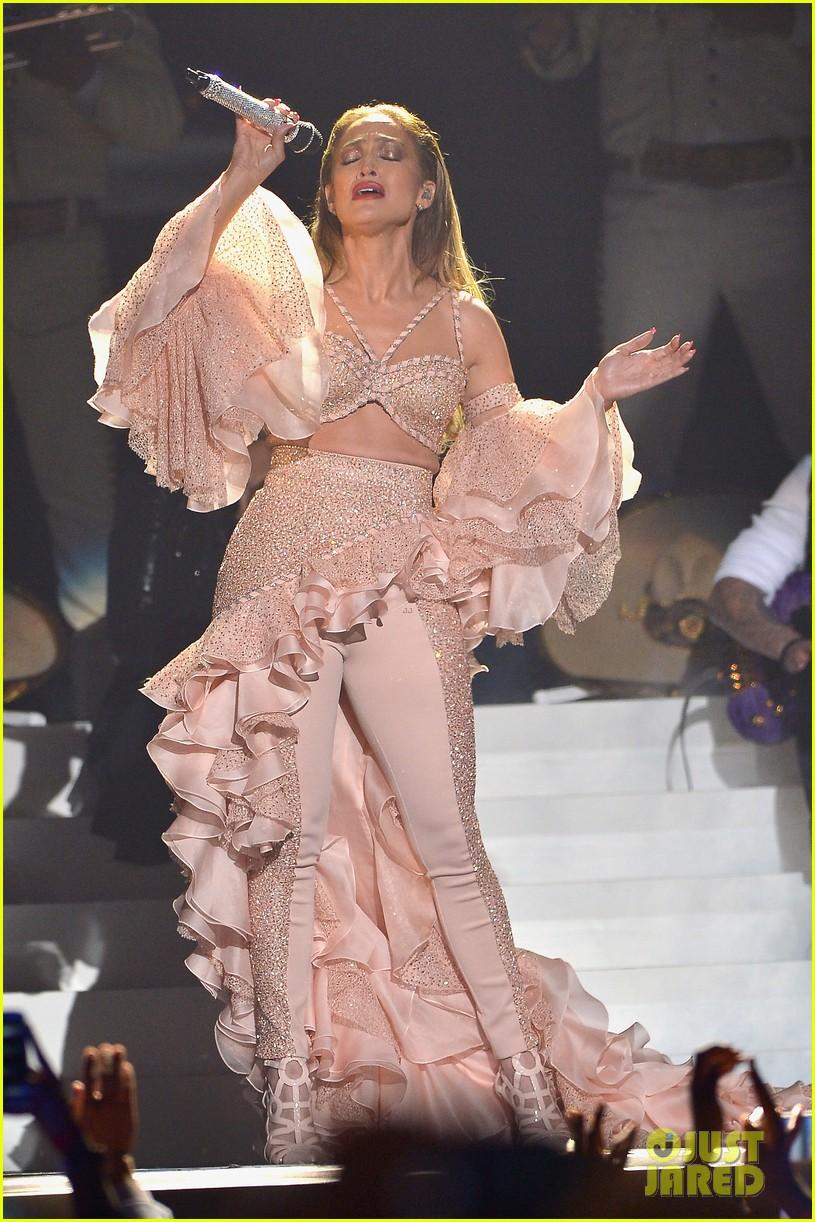Jennifer Lopez Sings Beautiful Tribute To Selena At Billboard Latin