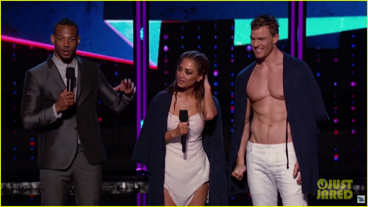 alan ritchson goes shirtless for i can do that aerial dance 10