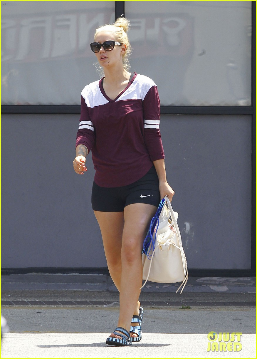 iggy azalea steps out after cancelling her tour 053383850