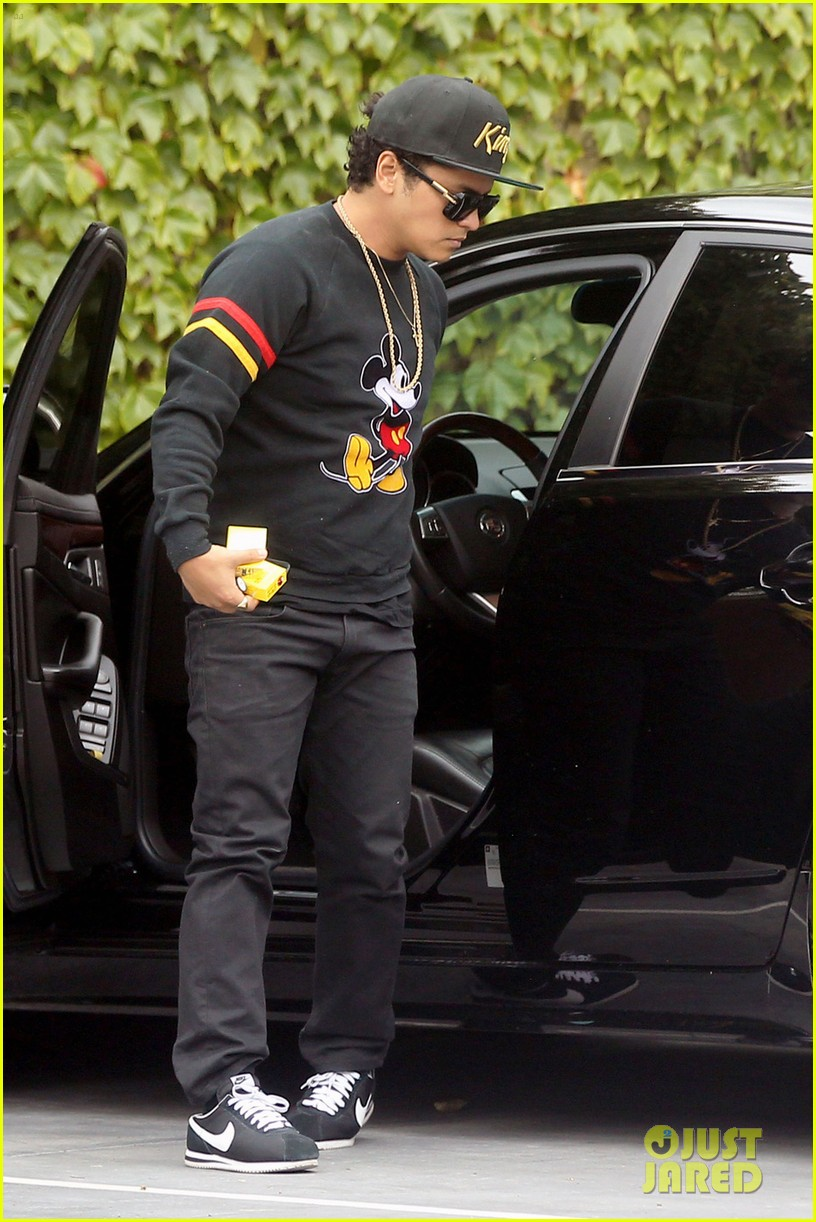 Bruno Mars Marry Me Holds 2 Spot On Spotifys Global Wedding Playlist Photo 3386981