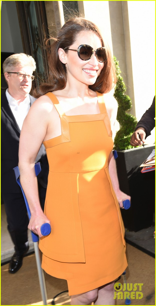 emilia clarke still looks amazing despite crutches 023397332