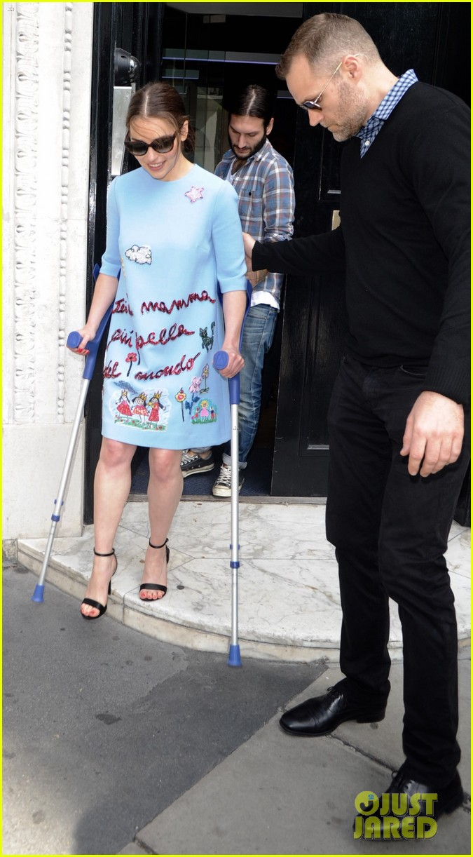 emilia clarke still looks amazing despite crutches 093397339