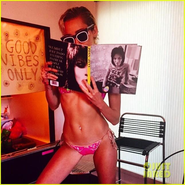 Se miley cyrus pink bikini
