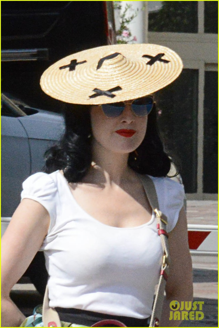 dita von teese defines sexy in best way 023398384
