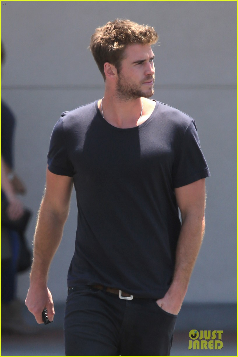 Liam Hemsworth Steps Out After His Teen Choice Nom: Photo ...
