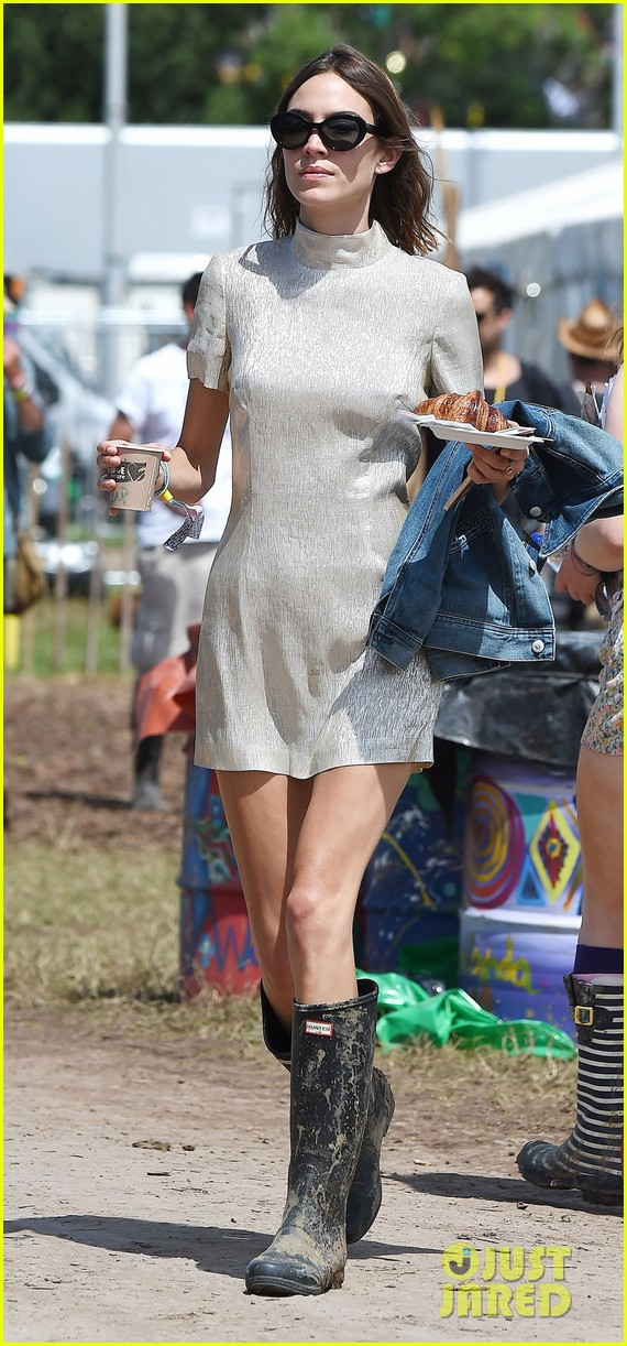 jenna coleman suki waterhouse 2015 glastonbury 02