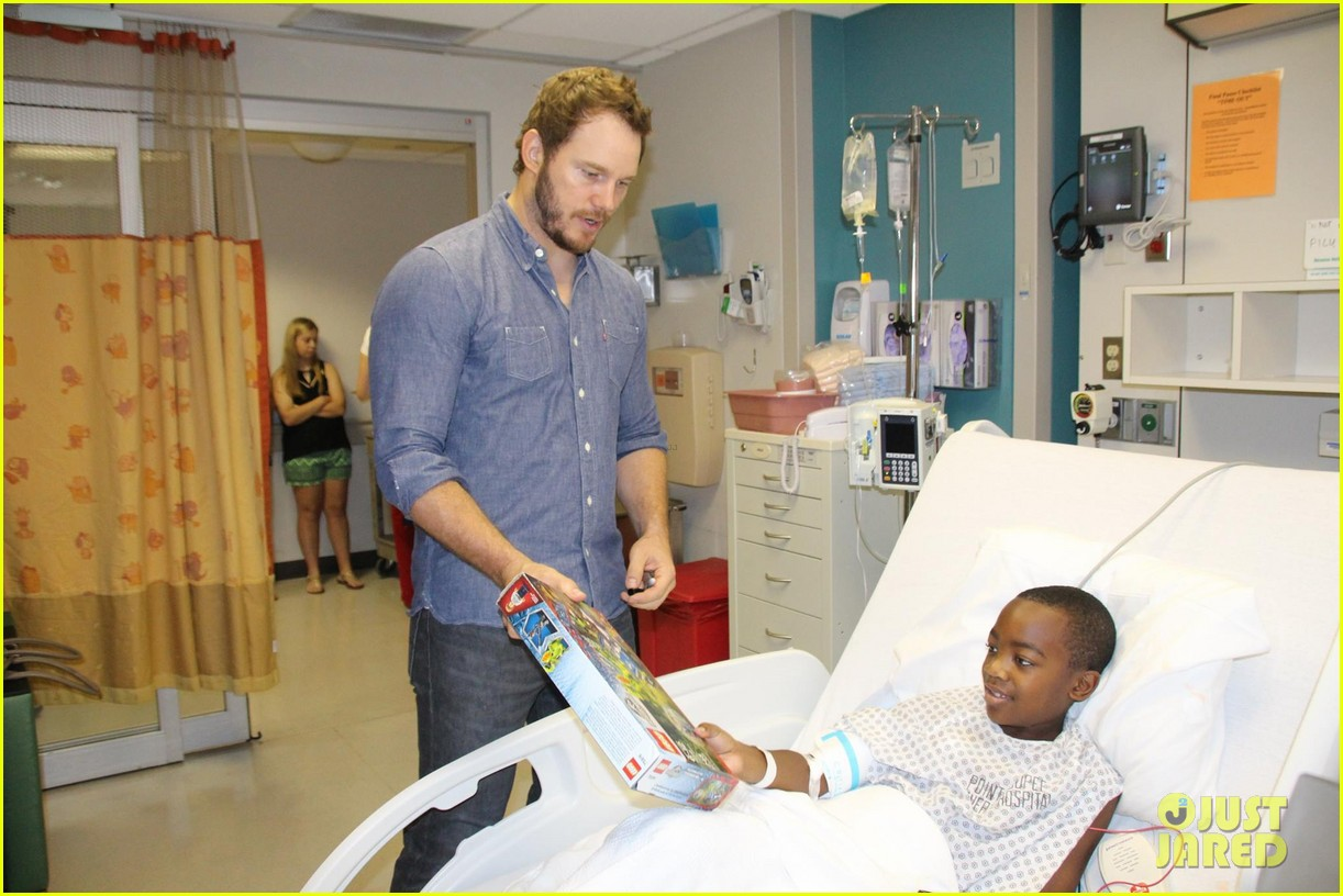 chris pratt teaches sick children how to train velociraptors 033399364