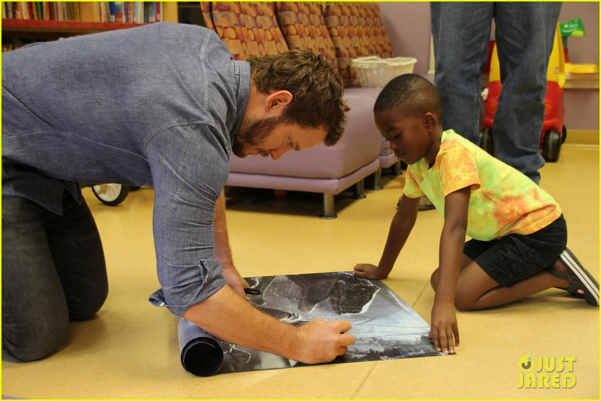 chris pratt teaches sick children how to train velociraptors 043399365