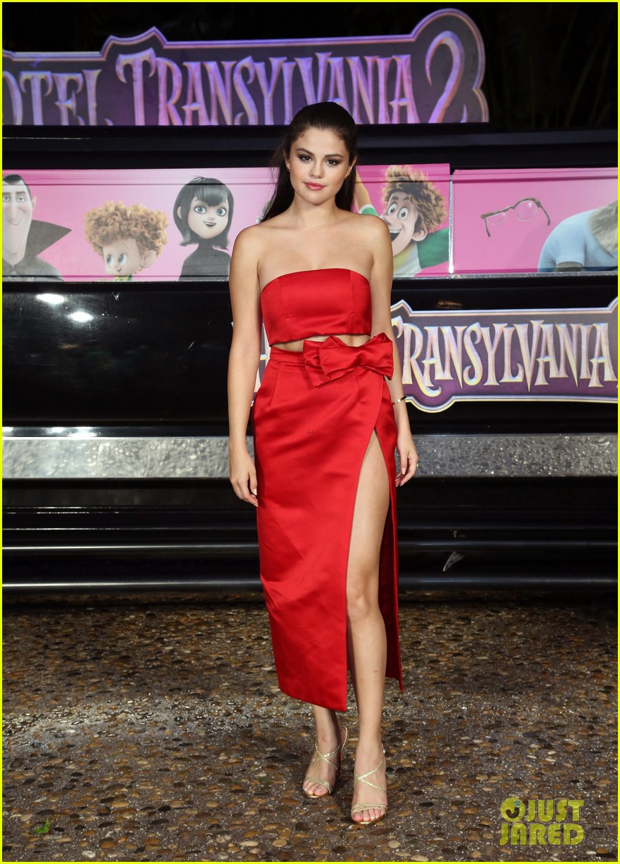 195d5cf4d9c Selena Gomez Serves Legs For Days at Cancun  Hotel Transylvania 2  Photo  Call