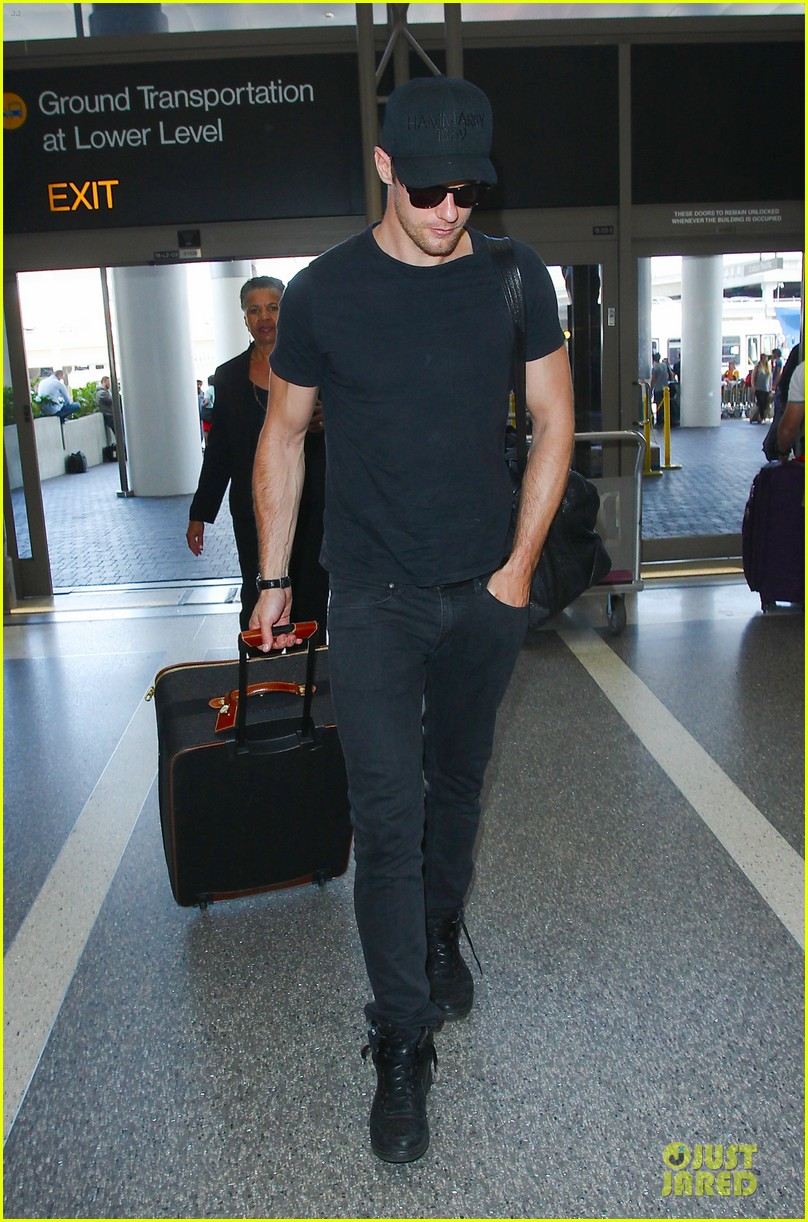 alexander skarsgard muscles up to depart from los angeles 073394395