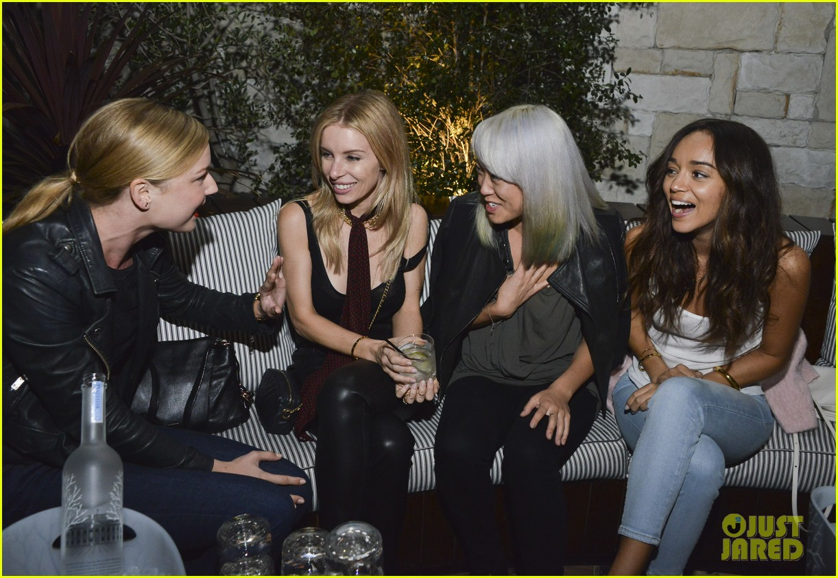 emily vancamp ashley madekwe have mini revenge reunion 263386375