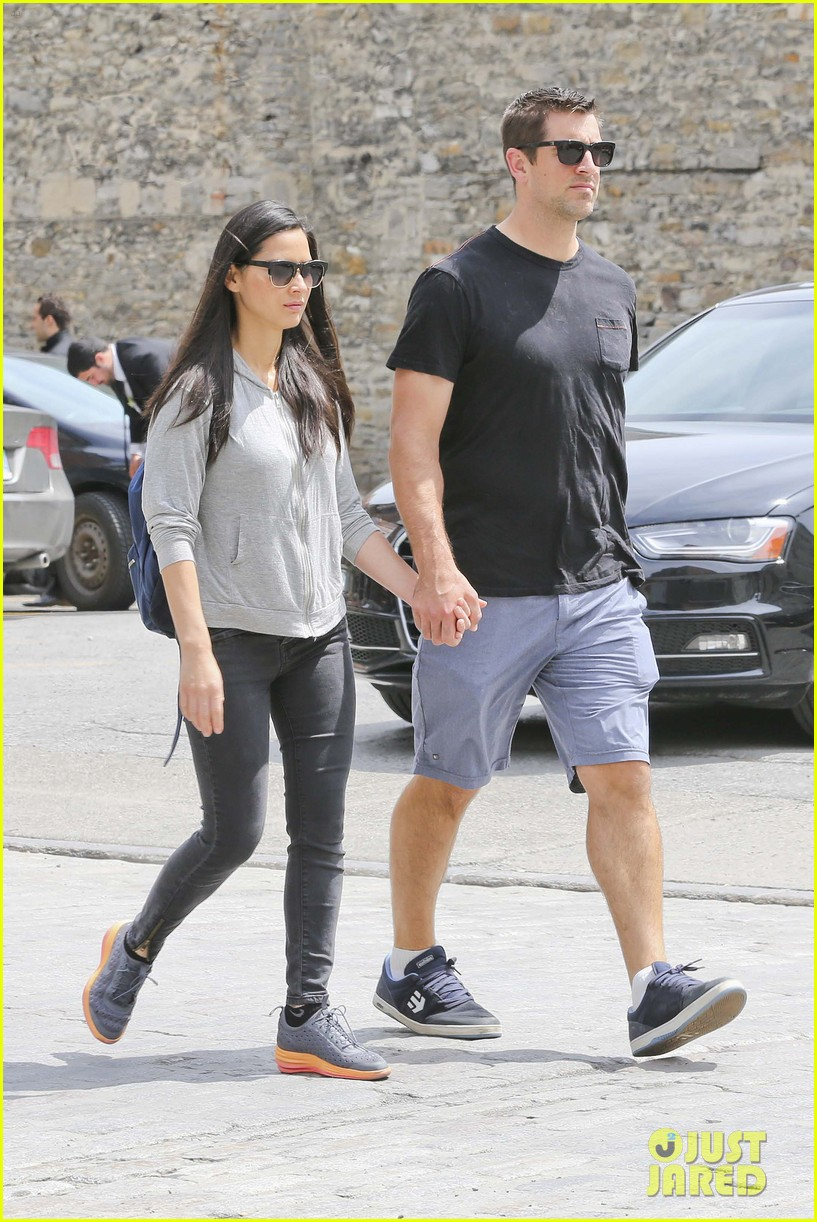 aaron rodgers olivia munn hold hands 053425252