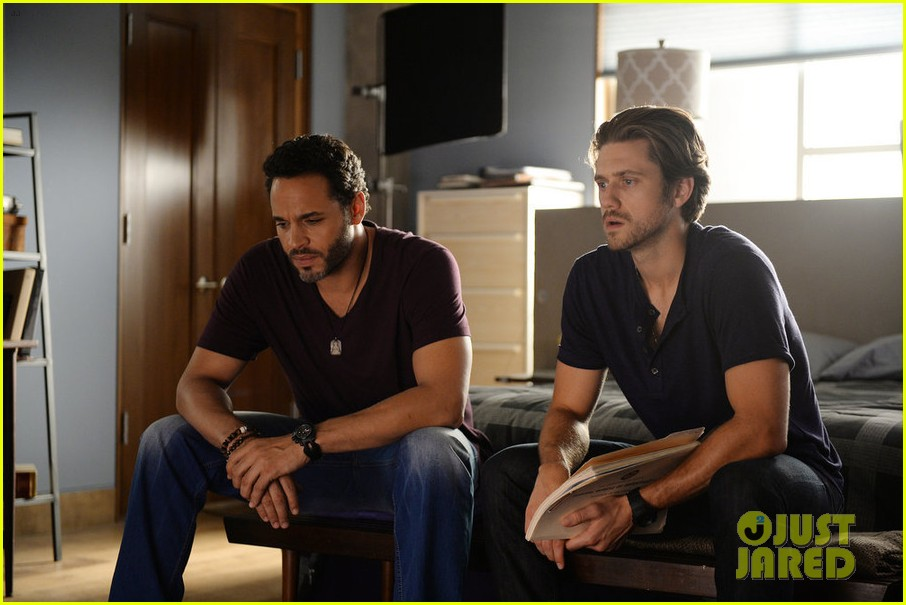 Graceland's Aaron Tveit Talks Mike's Visions, Addiction ...