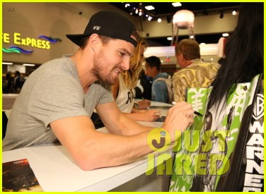 stephen amell green arrow new suit 043414444