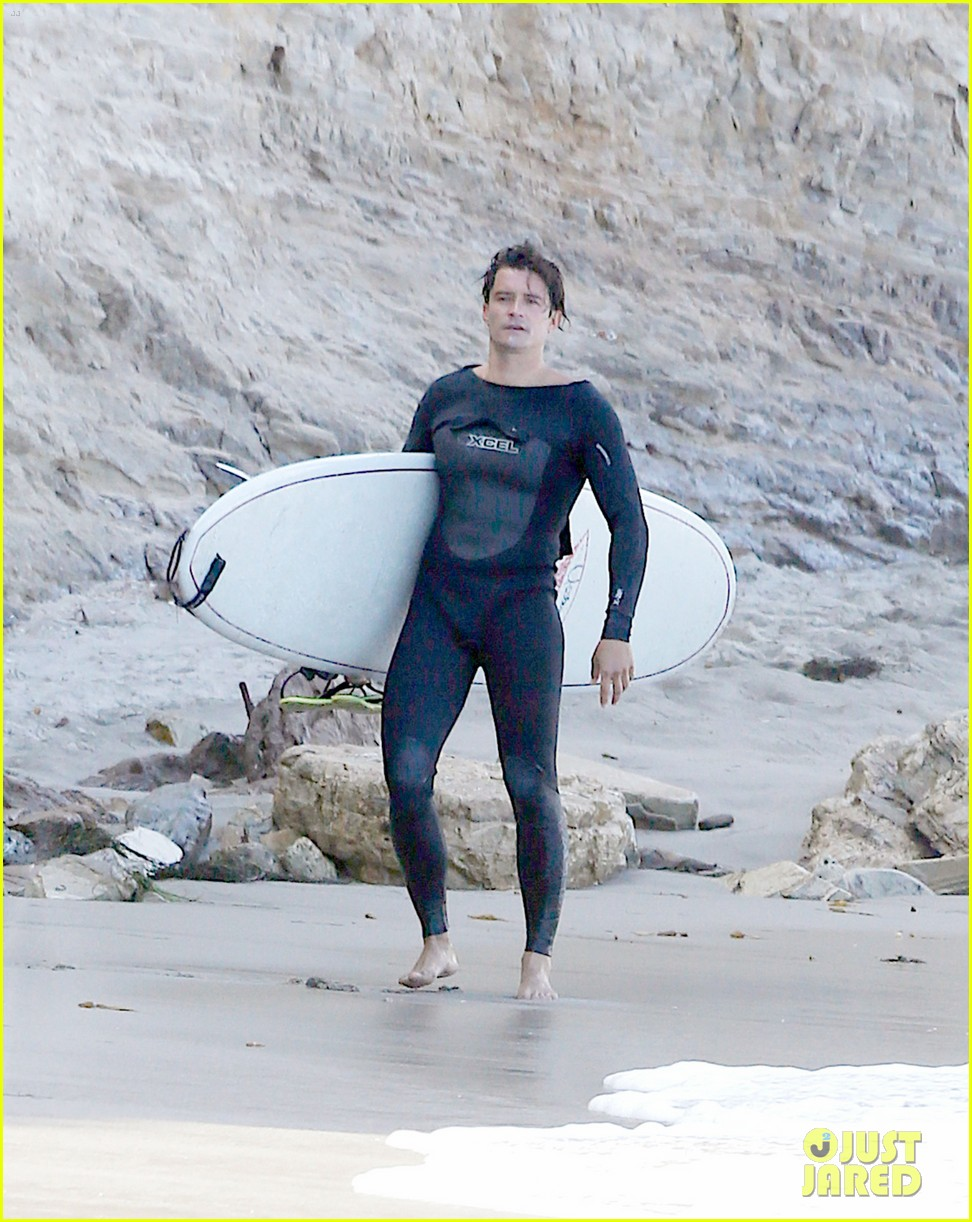 orlando bloom wears skin right wetsuit for surf session 02