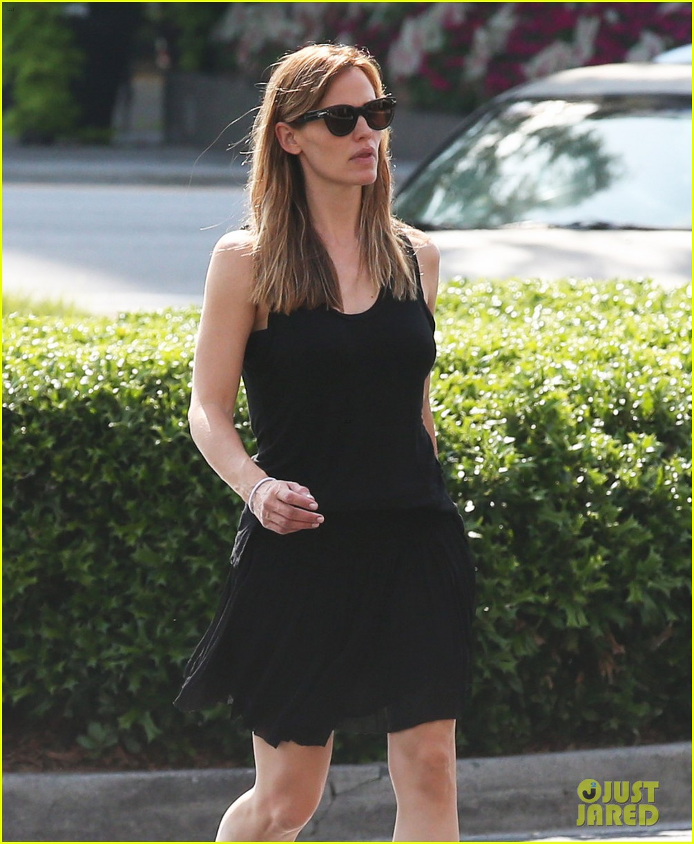 Jennifer Garner Wears Her Wedding Ring To Atlanta Party Store