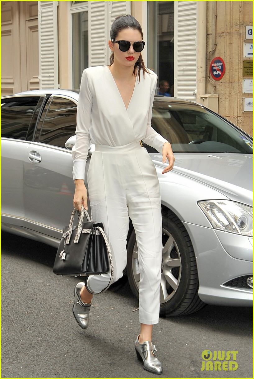 kendall jenner rocks short bob for karl lagerfeld at paris fashion week 043410315